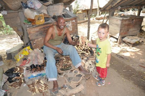 Akamba Handicraft : Little one with Artist
