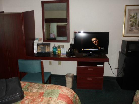 Microtel Inn & Suites by Wyndham Meridian: New TV, multiple cup coffee maker, nice desk area for computer.