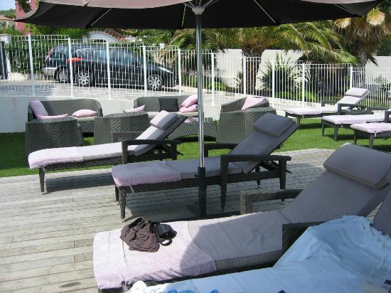 Villa Cassis: Espace détente autour de la piscine
