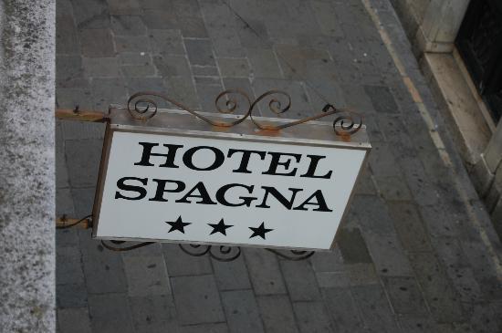 Hotel Spagna : 部屋から見た看板