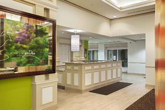 Hilton Garden Inn Hoffman Estates: Front Desk