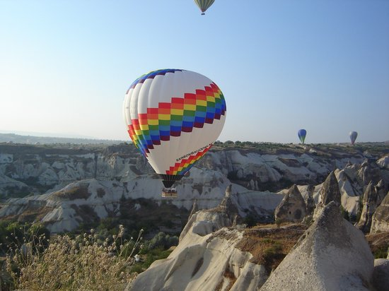 Uchisar, Turquie : Pigeon valley and Rainbow balloons