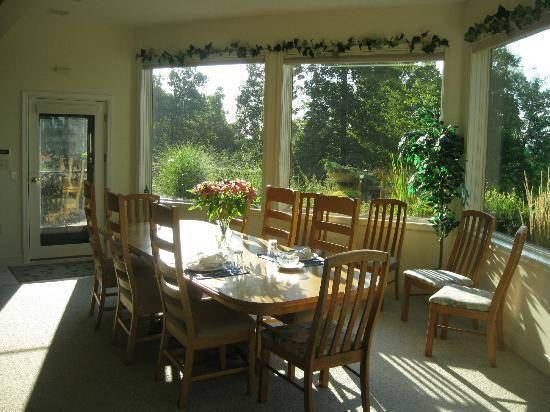 Mountain Hideaway Bed & Breakfast: Entrance to the B&B and dining table for guests. Gorgeous view.