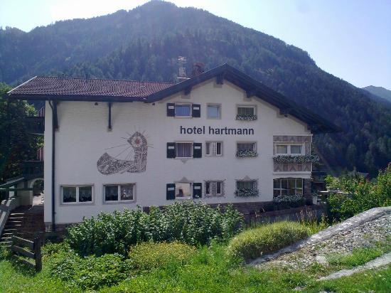 Chalet Hotel Hartmann - Adults Only: L'albergo visto dalla strada