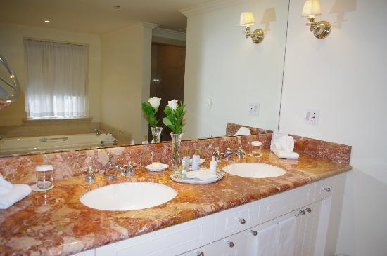 Williamsburg Inn: Bathroom vanity