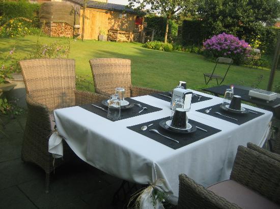 De Kastanjeboom: Liebevoll hergerichtetes Frühstück im Garten