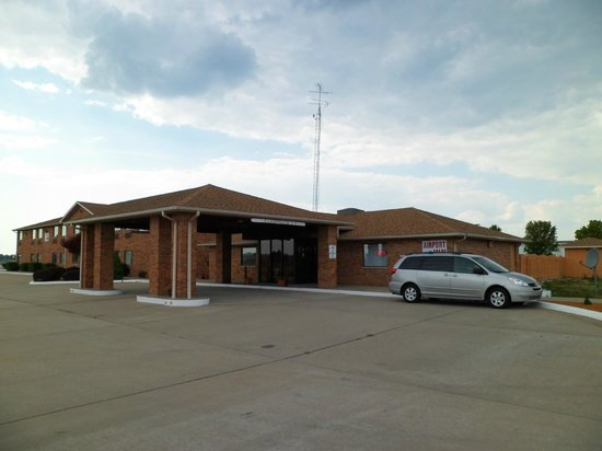 Marion Airport Inn & Suites: building