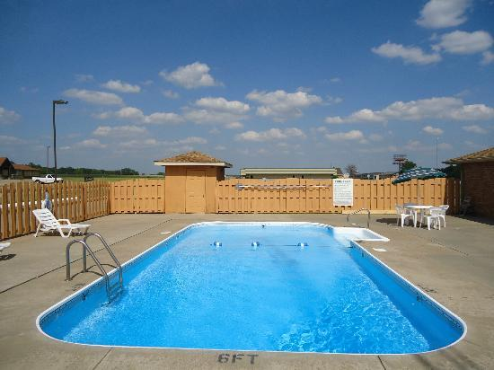 Marion Airport Inn & Suites: pool