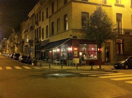 Le Chenapan : Pictured at night...