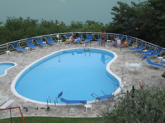 Residence Hotel Maxi: agosto 2012 piscina albergo