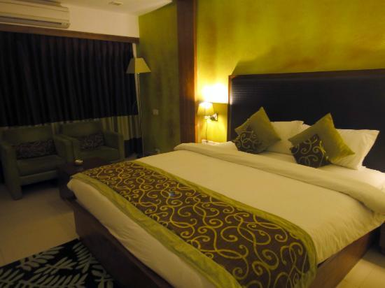 The White Leaf Hotel and Vista Rooms: Bed