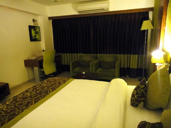 The White Leaf Hotel and Vista Rooms: Bed and Seating Area