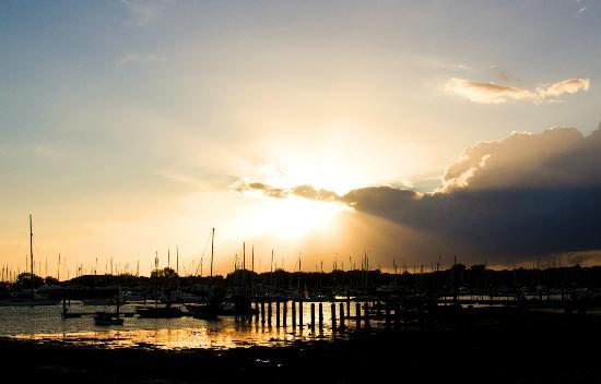 Warsash, UK: Sundown outside The Rising Sun