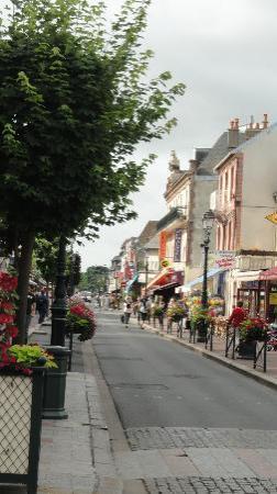Castel Fleuri : la rue principale commerçante de Cabourg