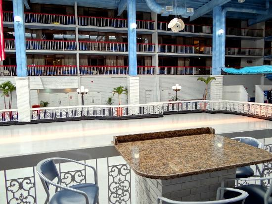 Carousel Resort Hotel & Condominiums: Rinkside Dining