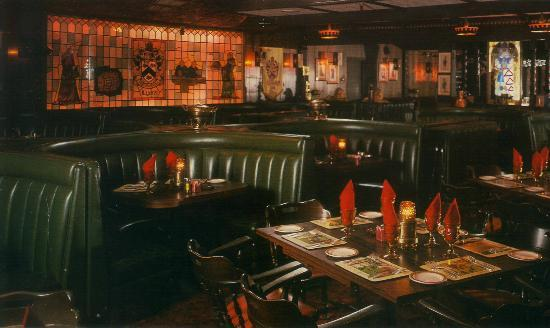 Lyons English Grille: Steak house appeal and excellant service!