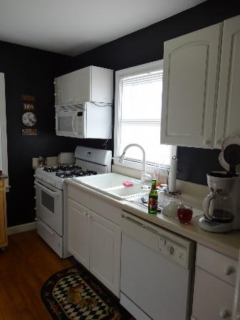 The Social Goat Bed & Breakfast: Very nice kitchen in the cottage