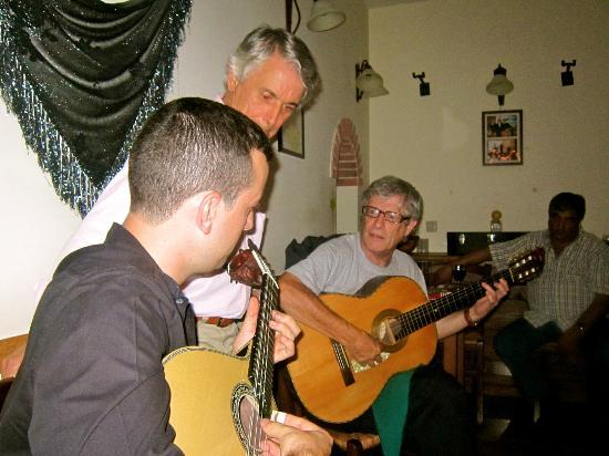 Sr. Fado de Alfama: Duarte, his talented godson and a singer