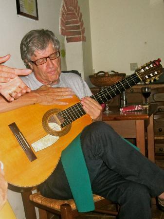 Sr. Fado de Alfama: Duarte and his guitar