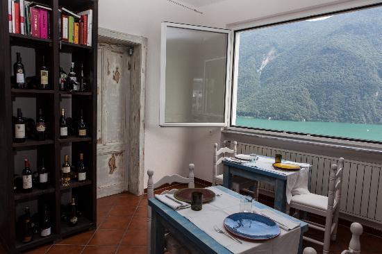 Gandria, Switzerland: un angolo della sala