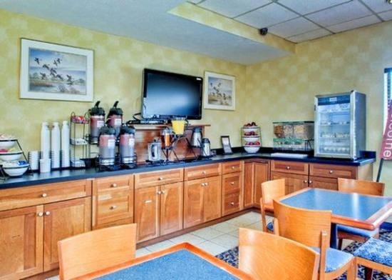Quality Inn: Breakfast counter