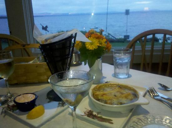 Shore Acres Inn & Restaurant: Wonderful dining experience with an equally impressive view! Don't forget Mike's famous Martini