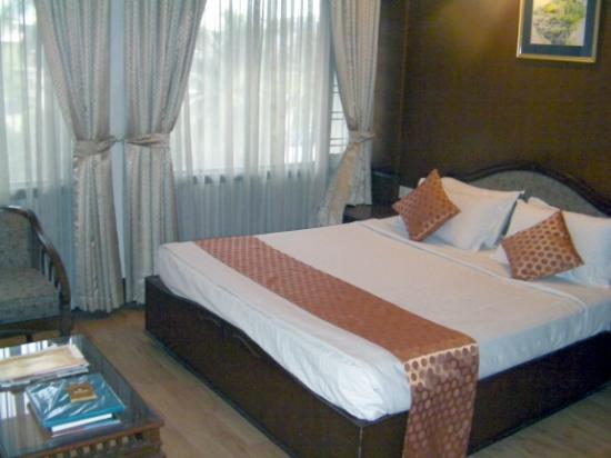 The Renai Cochin: Bedroom view towards windows.