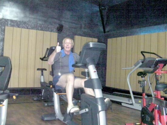 The Renai Cochin: Me enjoying the gym...picture taken by helpful attendant.
