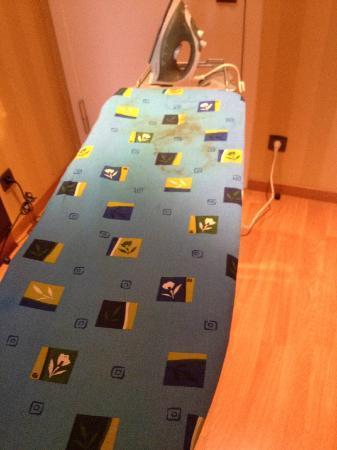 هوليداي إن بروكسل شومان: One of the 4 ironing boards they had, shame it was stained