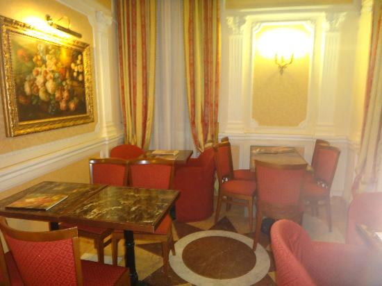 Hotel Dei Consoli: Coffee area across from bar on first floor