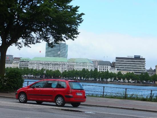 Fairmont Hotel Vier Jahreszeiten: Hotel from across the lake