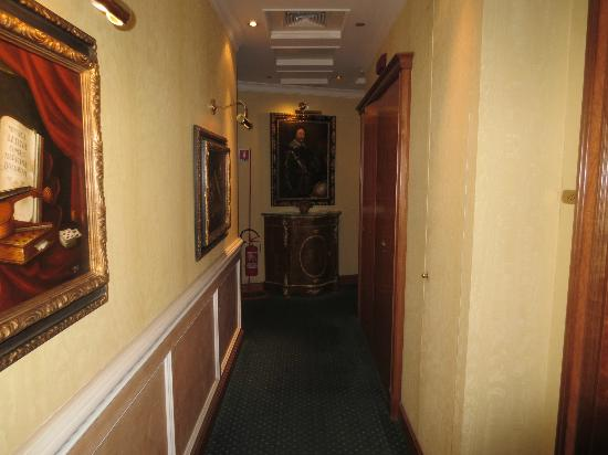 Hotel Dei Consoli: hallway on first floor