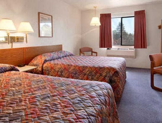 Super 8 Salem: Standard Two Queen Bed Room