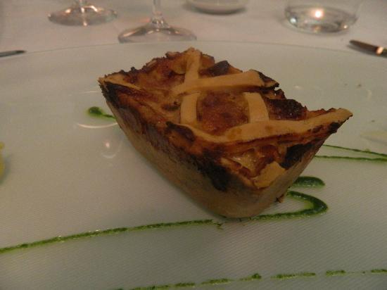 Locanda Severino: Pasticcio alla Caggianese: torta salata accompagnata da quenelle di sedano e sedano ghiacciato