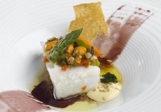 Alhambra : Merluza con melaza de vino tinto, vinagreta de mejillones y espárrago triguero plancheado