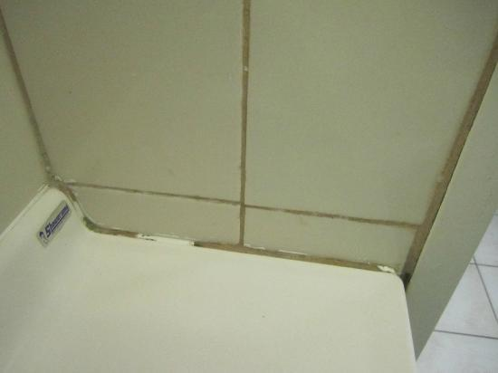 Brisbane Airport Inn: badly installed hand basin in bathroom