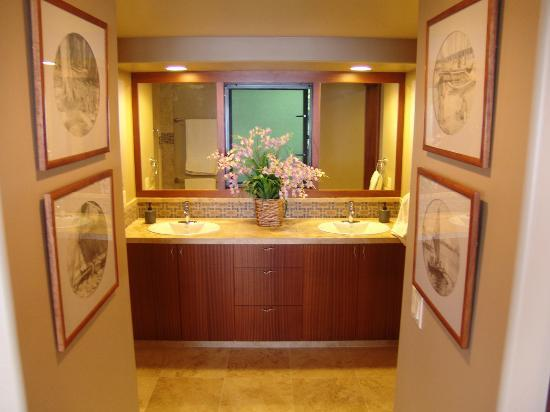 Haleakala Bed and Breakfast: In room Master Bath double sinks, private toilet and shower