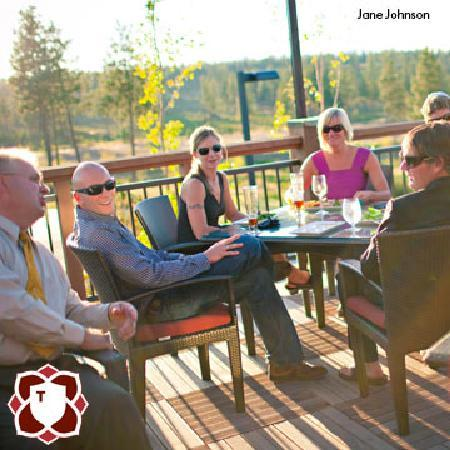 Tetherow Grill: Outdoor seating provides full Cascade views.