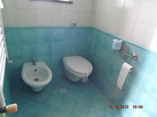 هوتل جاكارينو: bathroom