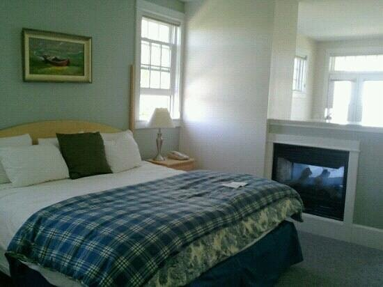 The Beachmere Inn: King bed gas fireplace