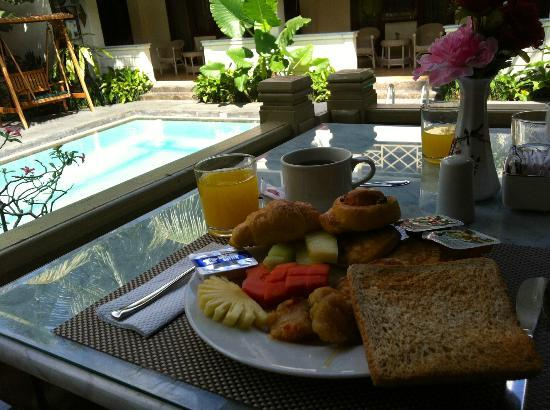 Hotel Indah Palace : Breakfast at the poolside