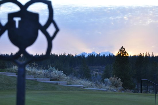 Tetherow Grill: Cascade and Deschutes Nat'l Forest views.