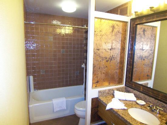 The Hotel Captain Cook: Bathroom (has two sinks)