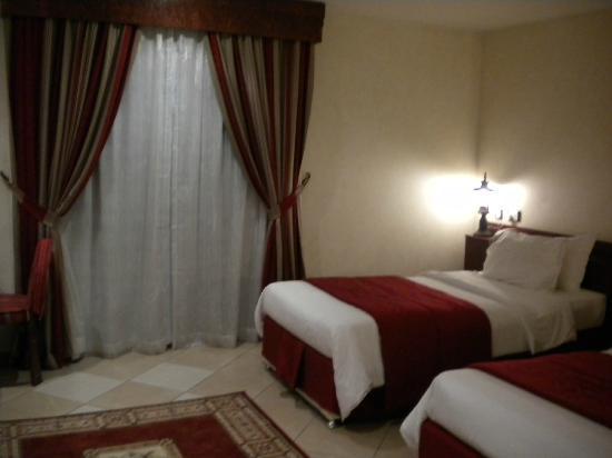 Al Liwan Suites: Habitación