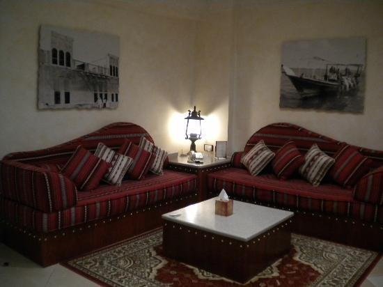 Al Liwan Suites: Living