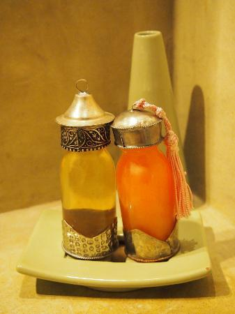 Riad Jardin des Reves: Take a wild guess, which one is a shower gel and which one is a shampoo?