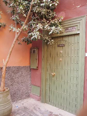 Riad Jardin des Reves: Entrance of the riad. Can somebody put up a bigger sign board please.