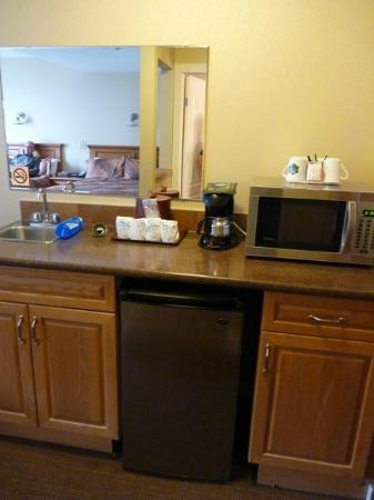 Irwin's Mountain Inn: Room 206 Kitchenette Area