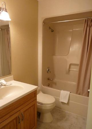 Irwin's Mountain Inn: Room 256 - Bathroom