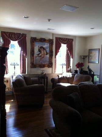 Silverstone Inn & Suites: sitting room